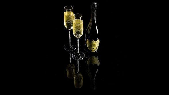 Обои Бутылка и два бокала шампанского на черном фоне