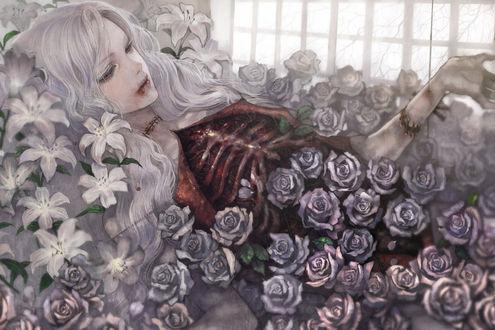 Обои Светловолосая девушка с окровавленными губами, с рваной грудной клеткой, с зашитыми ранами на груди и шее лежит среди лилий и роз