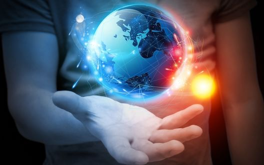 Обои Мужчина в футболке, держащий перед собой ладонь руки, над которой находится земной шар с расположенными на нем материками, океанскими просторами, вокруг шара по своей орбите двигается ослепительный солнечный диск, с другой стороны лунный диск, мерцающий холодным светом