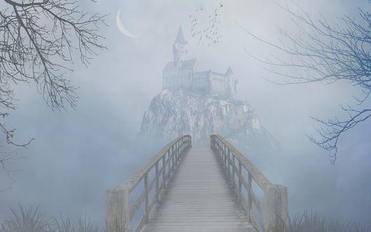 Обои Деревянный мостик, ведущий к скале с расположенным на ней старинным замком, парящих над ним птиц, светящегося в небе полумесяца на фоне густого молочного тумана