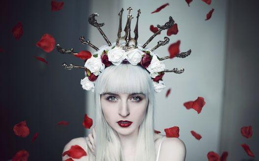 Обои Девушка в венке из роз и готических элементов