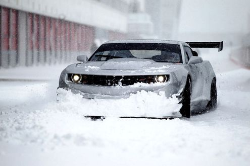 Обои Белый Camaro ZL1 / Камаро ZL1 стоит на снегу