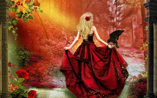 Обои Стройная белокурая девушка с красной розой в длинных волосах, держа руками широкий подол длинного красного платья с сидящим у нее на руке черным вороном, стоящая в каменной арке, выходящей в лесную чащобу с проникающими через листву солнечными лучами