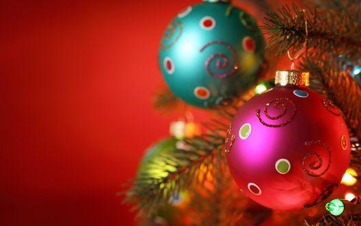 Обои Розовые и бирюзовые новогодние шары висят на елке