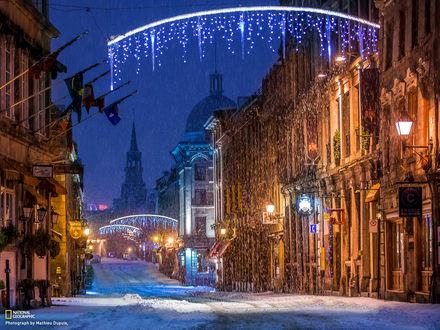 Обои Заснеженный канадский город Монреаль / Montreal ночью, пустые улицы освещены иллюминацией и фонарями, фото Матье Дюпуи / Mathieu Dupuis для National Geographic