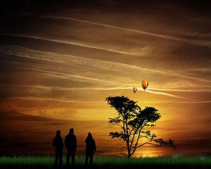 Обои Люди, стоящие в зеленой траве на берегу озера наблюдают за полетом в воздухе воздушных шаров на фоне заката и перистых облаков на небе