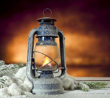 Обои Горящий фонарь, покрытый инеем