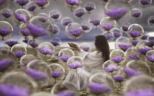 Обои Темноволосая девушка стоит среди пузырей с сиреневыми цветами внутри, фотограф Дженна Мартин / Jenna Martin