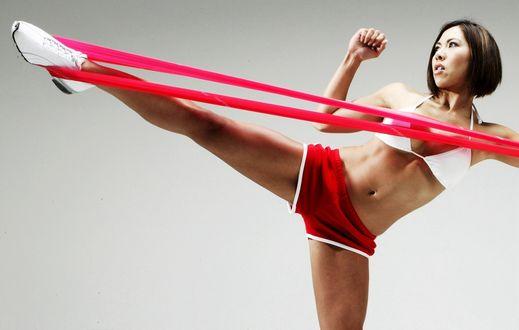 Обои Модель Натали Минх / Natalie Minh Держит поднятой ногу с помощью эластичной материи