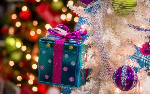 Обои Ёлка, украшенная новогодними шарами и подарочной коробкой