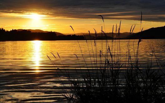 Обои Красивый закат над водоемом в окружении гор и небо с закатом солнца