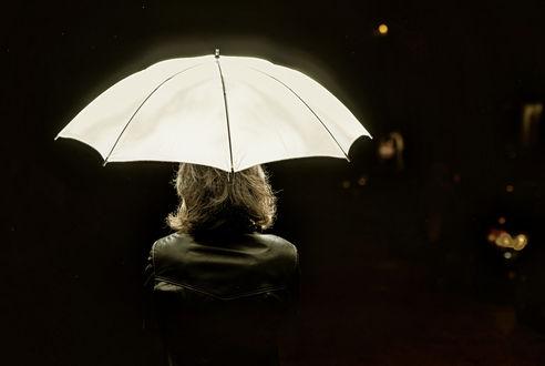 Обои Женщина с седыми волосами под светящимся зонтом на черном фоне