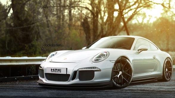 Обои Porsche 911 GT3 / Порше 911 ГТ3 белого цвета на фоне природы