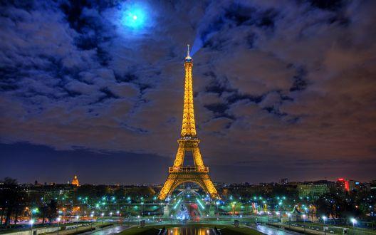Обои Лунная ночь с Эйфелевой башней / la tour Eiffel и Марсово поле / Champ de Mars с небольшим водоемом у подножия башни Париж, Франция / Paris, France