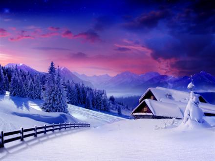 Обои Заснеженный дом на фоне леса и гор покрытых снегом во время розового заката