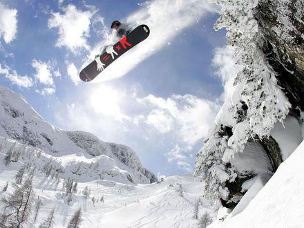 Обои Сноубордист прыгает со склона на фоне заснеженных гор (2Х2=5)