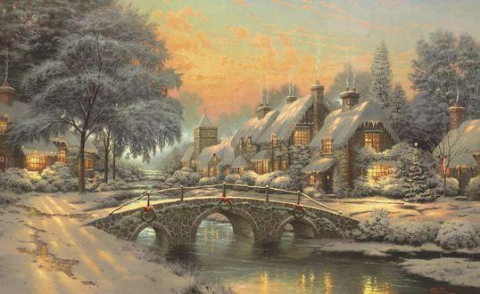 Обои Река текущая под каменным мостом украшенным венками на фоне нескольких домов у которых из труб идет дум во время ванильного заката, автор Томас Кинкейд