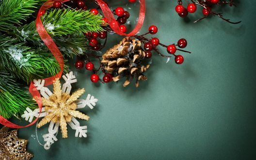 Обои Еловые ветки, покрытые снегом, красная ленточка, ветки с ягодами, шишка и снежинка на серо-зеленом фоне