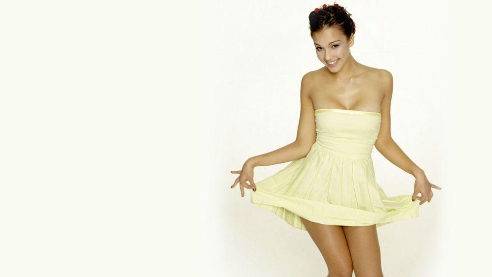 Брюнетка в желтом платье без смс