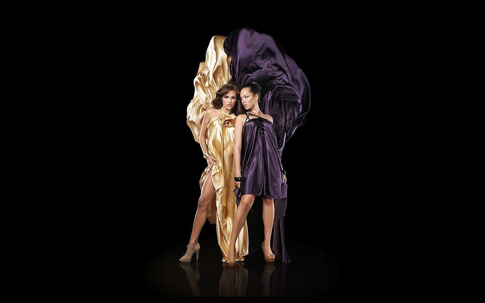 Обои для рабочего стола Две девушки в золотистом и сиреневом платьях стоят рядом