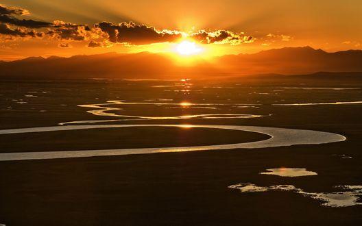 Обои Река причудливо извивается на фоне рассвета