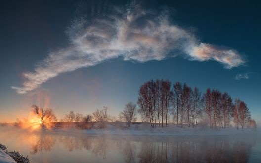 Обои Река над которой клубится зимний туман на фоне рассвета