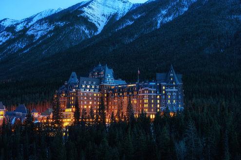 Обои Отель у подножья гор поздним вечером, в Национальном парке Банф / Banff National Park, Альберта / Alberta, Канада / Canada