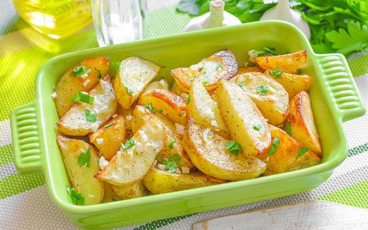 Обои Запеченный картофель с луком в зеленом судке