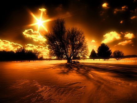 Обои Яркий закат, солнце освещает облака и пророду