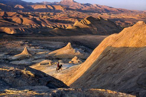 Обои Человек на ослике в песчаных горах