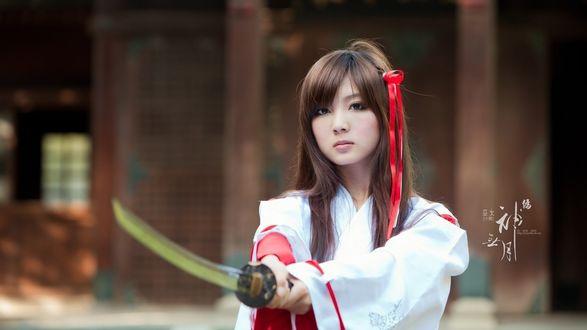 Обои Девушка азиатской внешности с катаной в кимоно