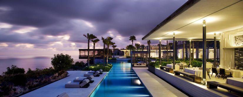 Обои Бассейн шикарной виллы с пальмами у моря под ночным небом