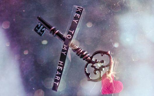 Обои Ключ с привязанным к нему седечком и надпись Key to my heart / Ключ к моему сердцу