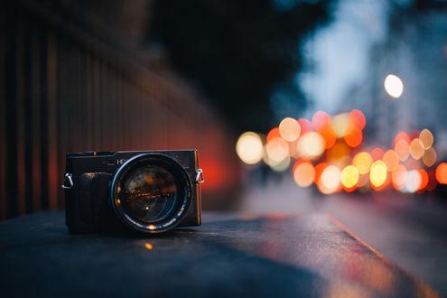 Обои Фотоаппарат стоит на асфальте в макросъемке