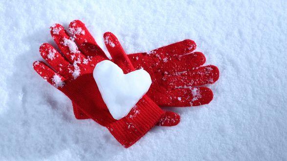Обои В красных перчатках сердце из снега