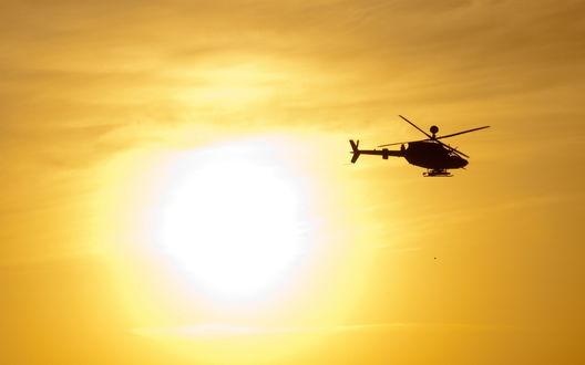 Обои Военный вертолет многоцелевого назначения Ми-8, состоящий на вооружении Российских ВВС на фоне неба и ярко светящего солнца, Россия / Russia