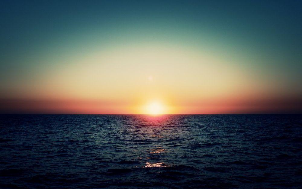 Обои для рабочего стола Восход солнца над морем