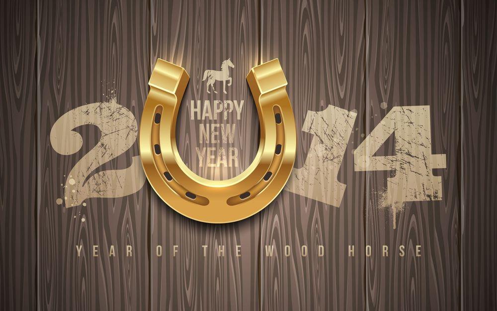 Обои для рабочего стола Золотая подкова и надпись Happy New Year / Счастливого Нового Года 2014 (Year of the Wood Horse / Год Деревянной Лошади) на деревянном фоне