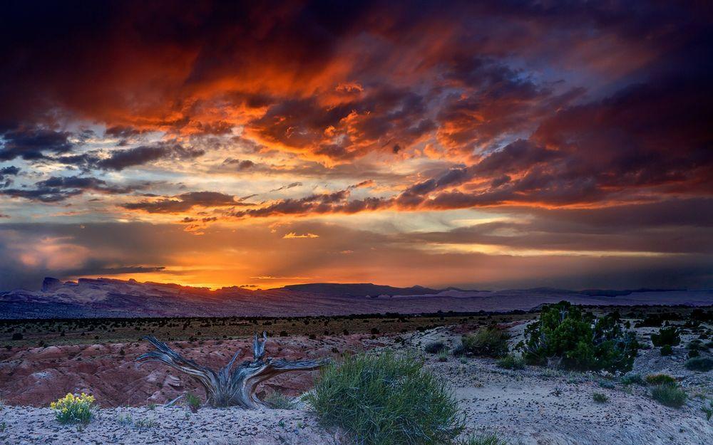 Обои для рабочего стола Долина в пустыне на закате солнца