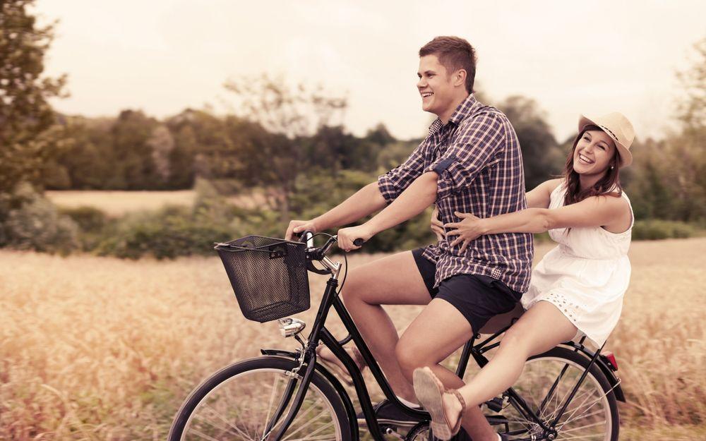 Парень и девушка на велосипеде фото 703-624