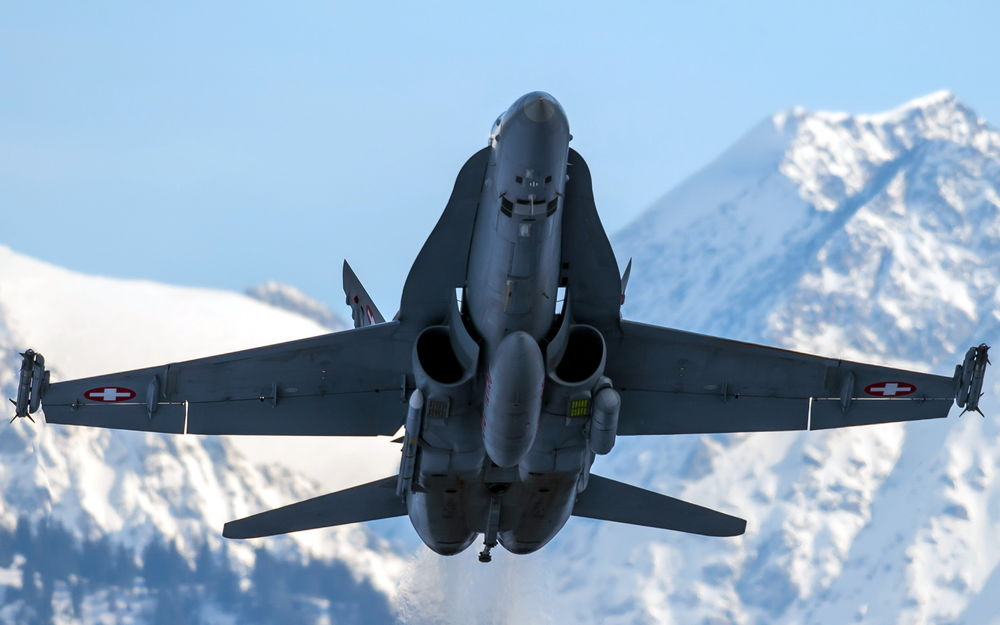 Обои для рабочего стола Американский истребитель-перехватчик Fa-18E в небе над заснеженными горами, США / USA