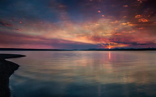 Обои Водная поверхность озера на фоне рассвета