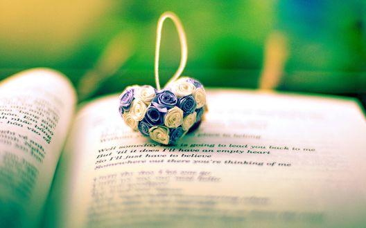 Обои Сердечко из маленьких синих и белых розовых цветов на странице книги (Well someday. is going to lead you back to me But til it does Ill have an empty heart.)