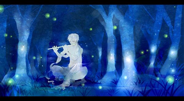 Обои Светловолосый парень играет на флейте сидя в ночном лесу в окружение светлячков