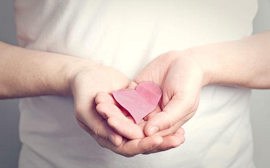 Обои Бумажное сердечко в мужских руках