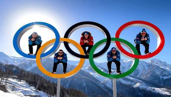 Обои Спортсмены в олимпийских кольцах на фоне гор