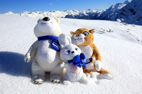 Обои Талисманы олимпиады Сочи 2014 / Sochi 2014 на снеге на фоне гор