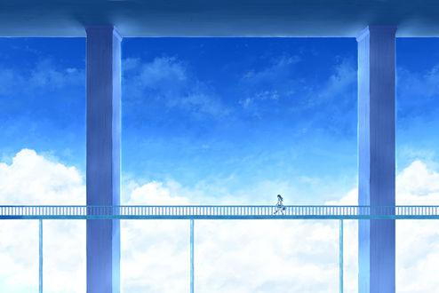 Обои Девушки, идущая по мосту на фоне облачного неба