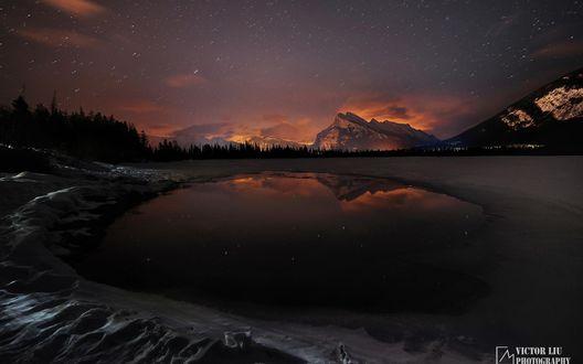 Обои Ночное звездное небо отражается в горном озере, фотограф Victor Liu