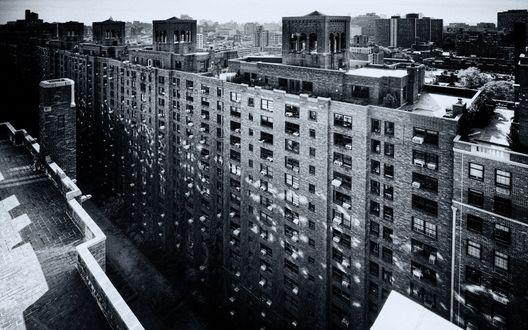 Обои Высокий дом со множеством окон, на котором видны отблески окон соседнего дома